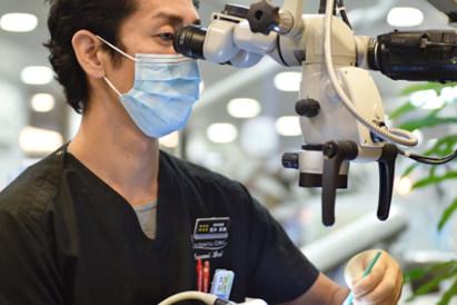 マイクロスコープ治療です。患部を大きく改題し、全体像を把握しながら治療する事が出来ます